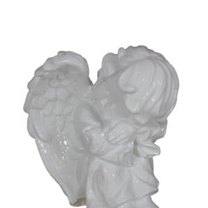 Anioł siedzący bokiem figura ozdobna